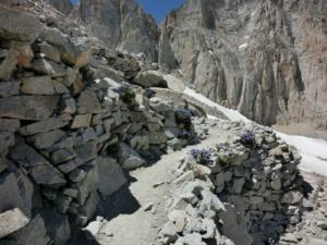 マウントホイットニーの石積みの登山道